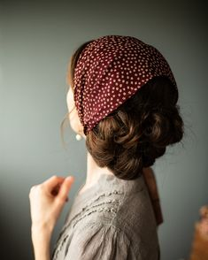 Because the lovely and elegant weight of chiffon makes the most flattering covering! Garlands of Grace offers our bestselling convertible chiffon hair wrap in a breathtaking array of timeless, deli… Vintage Hairstyles, Pretty Hairstyles, Hair Inspo, Hair Inspiration, Corte Y Color, Headband Styles, Scarf Hairstyles, Mode Outfits, Hair Day