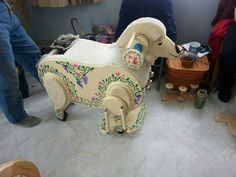 It even has a tail that wags when you spin! Spinning Wheels, Spinning Yarn, Hand Spinning, Sheep Crafts, Art Yarn, Vintage Sewing Machines, Baby Car Seats, Trail, Fiber