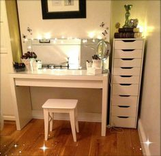 Highly-Regarded-DIY-White-Wooden-Makeup-Table-With-Pedestal-Round-Mirror-Stainless-Steel-Polished-And-Corner-Small-Chaise-Of-Drawer-In-White-Tiny-Bedroom-Decor-Ideas.jpg (900×874)