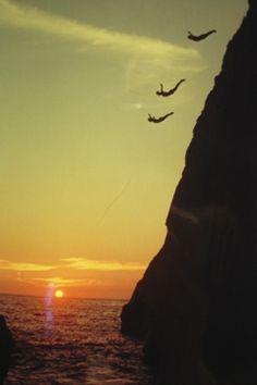 El despeñadero conocido como La Quebrada ha sido una de las mayores atracciones de #Acapulco desde 1934. Sin tener un entrenamiento profesional, los nativos han aprendido a lanzarse desde un precipicio hacia las olas que se estrellan 45 metros más abajo. #BestDay #OjalaEstuvierasAqui