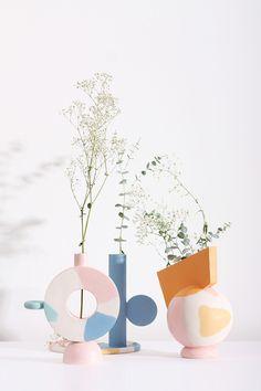Katia Tolstykh, jeune designer multidisciplinaire basée à Saint-Pétersbourg, en Russie, présente la collection Meme, une collection de vases géométriques colorés réalisés en céramique non vernie. #design #vase