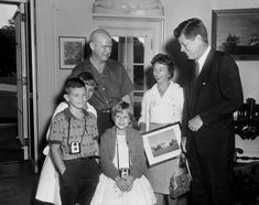 President John F. Kennedy Meets One Millionth White House Visitor for John Kennedy, Les Kennedy, American Presidents, Us Presidents, Jfk Presidency, Presidential History, John Junior, Moon Missions, Dating