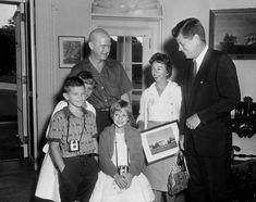 President John F. Kennedy Meets One Millionth White House Visitor for John Kennedy, Les Kennedy, American Presidents, Us Presidents, Jfk Presidency, Presidential History, John Junior, Moon Missions, John Fitzgerald