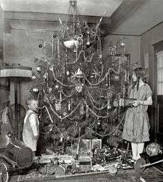 maudelynn:    Decorating the Christmas Tree c.1920    ♥ ♥ ♥