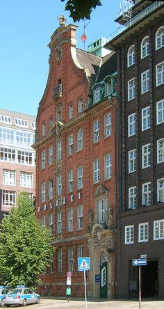 Hamburg, Kontorhausviertel- Die1906-08vonAlbertErbeerbautePolizeiwacheamKlingberg/EckeDepenauwurdespätervollständigindenKomplexdesChilehauseseinbezogen.