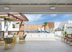 Com projeto da arquiteta Babi Teixeira, essa cobertura, localizada em Campos dos Goytacazes, na região norte do Rio de Janeiro, foi transformada no espaço perfeito para receber os amigos