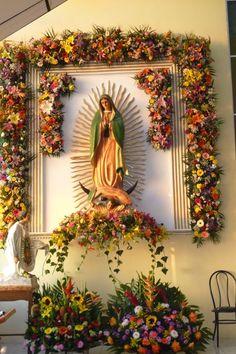Altar Flowers, Church Flower Arrangements, Church Flowers, Floral Arrangements, Blessed Mother Mary, Blessed Virgin Mary, Church Altar Decorations, Catholic Altar, Spanish Home Decor