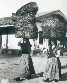 Mulleres carrexando cestas na Coruña (1915)