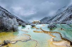 """LeHuanglong est une regionsurnommée """"Le fossé du dragon jaune"""" ou encore"""