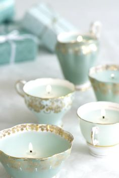 Vintage Wedding Ideas That Wont Break Your Budget Tea cups scream vintage! By the way, tea tins (with tea ini them) also make great wedding favors! By the way, tea tins (with tea ini them) also make great wedding favors! Teacup Candles, Diy Candles, Ideas Candles, Candle Cups, Homemade Candles, Candle Wax, Blue Candles, Decorative Candles, Homemade Tea