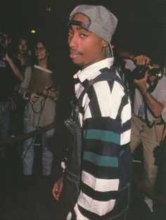 Life Of An Outlaw : Photo Ariana Grande creditos: Bayardo Montesinos ariana grande – ariana grande – Threw Shade At New And It's Too Late Now To Say Sorry Alexandria Bazan 😎 La imagen puede contener: calzado Tupac Shakur, 2pac, Tupac Wallpaper, Tupac Pictures, Ropa Hip Hop, Tupac Makaveli, 90s Hip Hop, Hip Hop Fashion, 90s Fashion