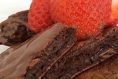 Gente, receita Deusa! Brownie fit de frigideira. Sim, isso existe e é uma delícia. A textura não fica como a de um bolo brownie porque não leva farinha, mas é muito gostoso, além de rápido e fácil de fazer.