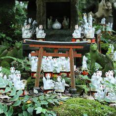 An unexpected discovery in the Kamakura forest.  Une découverte inattendue dans la forêt de Kamakura.  #japan #japon #kamakura #kamakurajapan #jinja #unexpected #inari #inarishrine #forest #littletorii #torii #fox #travel #visitjapanfr #japanlover #japan_of_insta #japanphoto #japanfocus #japantrip #japangram #explorejapan #eos70d #japankudasai