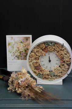 9月19日開催の、単発プリザーブドレッスンの様子です。 花嫁様が手作りしているのは   ボールブーケと、リストレットとブートニア、 午前... Clock, Decor, Watch, Decoration, Clocks, Decorating, Deco