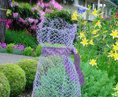 Chicken wire chic Chicken wire made chic...gotta love that! And with spring nearing my brain is on overdrive looking at how I can doll ...