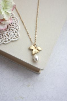 Orchid Flower Pearl Gold Necklace.  An Orchid Jewelry. door Marolsha