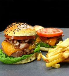 σπιτικό μπέργκερ Fish Dishes, Salmon Burgers, Street Food, Poultry, Hamburger, Delish, Sandwiches, Good Food, Brunch