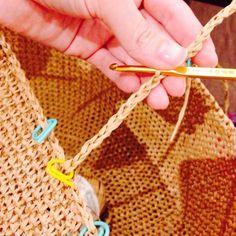 お待たせしました~  前回告知していました、麻ひもバッグの持ち手の編み方です。    ただ麻ひもバッグのリメイクで編んだ麻ひもバッグは青木恵理子さんのレシピなんです。  ここでそのままやってしまったら著作権的にどうなのかとか、小心者の私は心配で倒れそうなので…。  レシピを参考に... Crochet Clutch, Crochet Bikini, Knitted Bags, Diy Crochet, Handmade Bags, Clutch Purse, Sewing Hacks, Diy And Crafts, Crochet Patterns