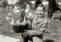 From early White House Easter Egg Rolls to churchgoers' finest hats along the Fifth Avenue parade, these Easter photos make you want to step back in time. Antique Photos, Vintage Photographs, Vintage Photos, Photography Sites, Easter Parade, Easter Traditions, Vintage Easter, Photo Postcards, Easter Baskets
