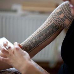 tatouage tribal geometrique iles samoa bras