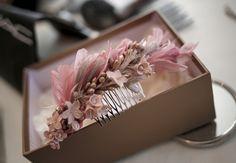 ¡Ya está aquí la primavera! Nuevas tendencias, color, solecito… Corre a elegir todo para tu boda. Nosotros nos encargamos de darle luz a tu día. Gift Wrapping, Gifts, Wedding, New Trends, Spring, Elegant, Colors, Gift Wrapping Paper, Valentines Day Weddings