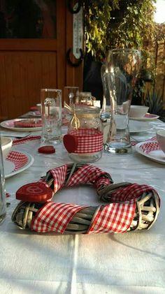 Herziger Tischschmuck für die Hochzeit in Tracht.