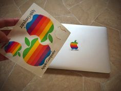 Nyt kävi tuuri! Aidot Apple tarrat jostain historian havinasta löytyi laatikon pohjalta! #apple #appleclassic #collectible #vintage #macintosh