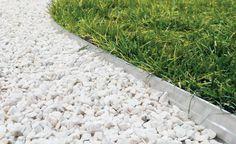 AvantagesUne installation sans outil ni scellement de bordures en aluminium qui évitent aux graviers de s'égarer dans la végétation : la lame de la     tondeuse  est épargnée !