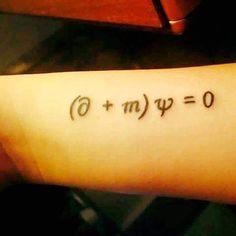 """Esta es la ecuación de Dirac, y para mí es la más bonita de toda la física. Describe el fenómeno del entrelazamiento cuántico, que afirma que """"si dos sistemas interaccionan entre ellos durante cierto periodo de tiempo y luego se separan, podemos describirlos como dos sistemas distintos, pero de una forma sutil se vuelven un sistema único. Lo que le ocurre a uno sigue afectando al otro, incluso a distancia de kilómetros o años luz"""". En otras palabras dos partículas que, en algún momento…"""