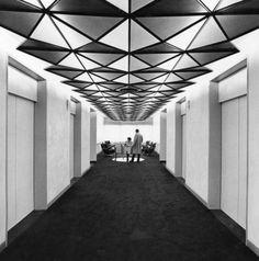 Una vista del techo esperando el ascensor. (Andreas Feininger—Time & Life Pictures/Getty Images). Señala encima de la imagen para verla más ...
