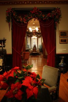 Victorian Holiday Decor in Glenview at the Hudson River Museum Old Fashion Christmas Tree, Christmas Chair, Christmas Past, Christmas Design, Christmas Things, Christmas Pictures, Christmas Ideas, Victorian Christmas Decorations, Rustic Christmas