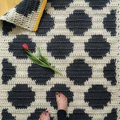 E essa lindeza com bolas em fio conduzido.💗 From Knitting ProjectsCrochet For BeginnersCrochet BlanketCrochet Ideas Crochet Diy, Crochet Home Decor, Crochet Gifts, Crochet Stitches, Crochet Patterns, Tunisian Crochet, Crochet Carpet, Tapestry Crochet, Crochet For Beginners