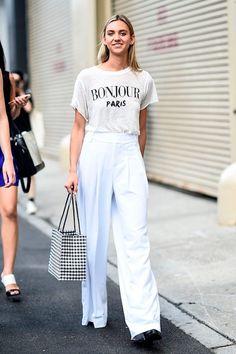 Aposte no total white com uma calça pantalona de linho branca e uma camiseta com frase estampada.
