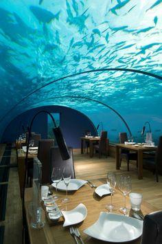 Vízalatti étterem a Conrad Maldives Rangali Island luxusszállodában.