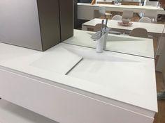 Detalle de lavabo de baño en color blanco Kitchen In, Sink, Home Decor, Modern Closet, White Colors, Closets, Kitchens, Home, Sink Tops