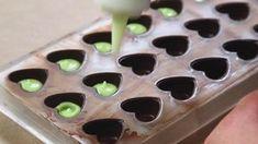 Det er faktisk meget nemt at lave sine helt egne fyldte chokolader. Her viser Iben Devantie fra 'Den store bagedyst' hvordan.