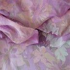 Mousseline de soie imprimée à fleurs vert et orange sur fond mauve