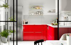 赤色が特徴のキッチン