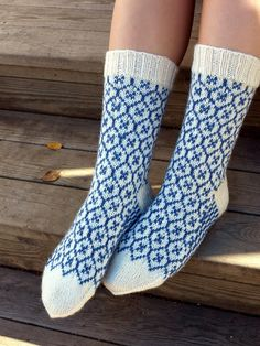 Ravelry: Piikupikkuinen & # s Provence , - handschuhe sitricken Knitting Wool, Fair Isle Knitting, Knitting Socks, Hand Knitting, Crochet Socks, Diy Crochet, Knit Socks, Woolen Socks, Ravelry
