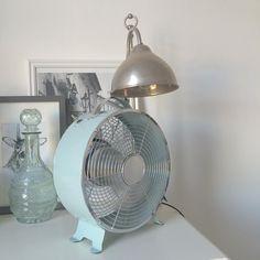 De retro ventilator van #HEMA zorgt niet alleen voor verfrissing in huis maar is ook een echte eyecatcher. #interieur #zomer