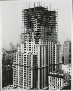 Amazing photos taken during the construction of the Empire State Building. The Empire State Building is a landmark Art Deco skyscraper in New York City at the intersection of Fifth Empire State Building, Ellis Island, Old Pictures, Old Photos, Vintage Photos, Rafael Urdaneta, Photo New York, New York City Buildings, Modern Buildings