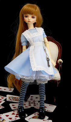 https://flic.kr/p/VuJKFg | Alice in Wonderland | Mi pequeña Nagusame transformada en Alicia. Con la butaca hecha por mi que podéis encontrar en mi tienta de etsy Cheli´s Wood: www.etsy.com/es/shop/ChelisWood?ref=seller-platform-mcnav
