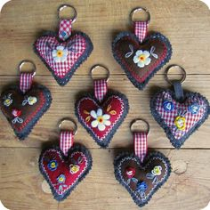 Austrian-look key rings made from scrap fabrics, embroidery and buttons. Many possibilities to add beads and trims. Jean Crafts, Denim Crafts, Boyfriend Crafts, Diy Keychain, Recycled Denim, Crochet Patterns For Beginners, Valentine's Day Diy, Learn To Crochet, Valentines Diy