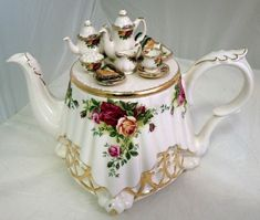 Royal Albert Old Country Roses - tea table on a teapot Tea Cup Saucer, Tea Cups, Teapots Unique, China Tea Sets, Teapots And Cups, Tea Service, My Cup Of Tea, China Patterns, Kakao