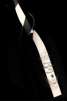 DOM PERIGNON - CHAMPAGNE ROSE VINTAGE  2000 : Issu d'un millésime singulier ce coffret gold est surprenant par son fruité frais et éclatant avec une subtile touche d'amertume. #Champagne #VinMillesima #ChampagneRosé #DomPerignon  (©Photo Millésima)