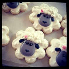 The Sweet Adventures of Sugarbelle - Tutorial for Easter lamb cookies. Covers a lot of aspects of decorating. (icing for sugar cookies flower) Fancy Cookies, Iced Cookies, Cute Cookies, Easter Cookies, Cookies Et Biscuits, Sugar Cookies, Lion Cookies, Holiday Cookies, Cookies Fondant