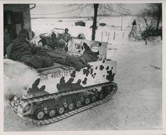 Soldats du 3e bataillon utilisent un Weasel M29 pendant la bataille des Ardennes ; Belgique, 1945