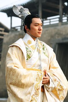 Traditional Chinese men's attire of Han Dynasty royal style