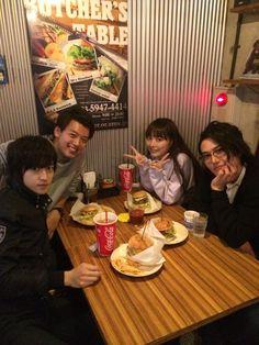 今日はこの4人で撮影の後ハンバーガーを食べに行きました。珍しい組み合わせ。美味しかったです(`・ω・´)ノ #仮面ライダードライブ