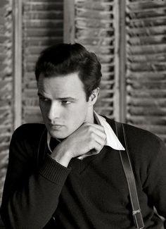 Actuar es la expresión de un impulso neurótico. Es la vida de un vagabundo. -Marlon Brando- Foto: Serge Balkin. 1948.  ¡Buenos días y feliz domingo, actores!  www.EcoSordo.com  #marlonbrando